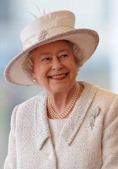 Rainha Elizabeth II comemora o reinado mais longo da história! Relembre os  63 anos em 63 chapéus icônicos 9f344aca0e9