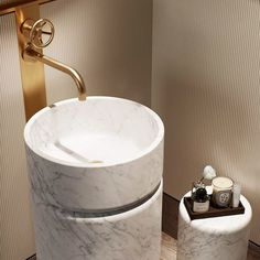 Brooklyn basin tap in Brass with a Carrara cylindrical basin, a stunning combination. Studio Ashby's design of One Crown Place. 📸 by Focus. Luxury Hotel Bathroom, Bathroom Design Luxury, Bathroom Design Small, Modern Bathroom, Lave Main Design, Bathroom Suppliers, Toilette Design, Pedestal Basin, Restroom Design