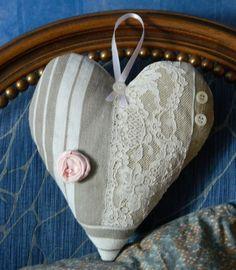 COEUR A SUSPENDRE - TOILE A MATELAS - DENTELLE ANCIENNE. Confectionné par Cannelle-fil-et-tissu
