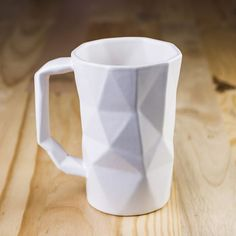 Taza Prisma Alta. Fabricada en cerámica alta temperatura. Acabado Mate.