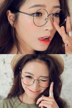 真ん丸メガネ、可愛いですね♪おでこを出してスッキリさせることでおしゃれさが強調されます。卵型の顔かたちの方などに似合いそうです。