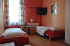 Pokój Czerwony jest prostokątnym pomieszczeniem średniej wielkości . Podstawową zaletą pokoju są okna wychodzące na tylną stronę budynku, co gwarantuje ciszę i spokój. http://www.rainbowapartments.pl/pokoj-czerwony/