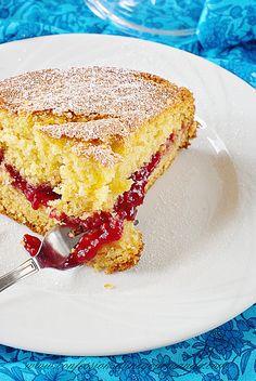 Gâteau moelleux à la vanille et à la confiture de framboises