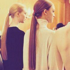 Use rabos de cavalo soltos para evitar pontos carecas.  Quando você prende o seu cabelo de forma muito apertada (e frequentemente), ele tensiona os folículos e previne o crescimento do cabelo. Tente não prender o seu rabo de cavalo sempre no mesmo lugar.