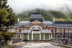 MUNDO PANDERETA: La estación fantasma de Canfranc, una historia de olvido.