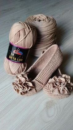 Hi, Crochet lovers, are you thinking of some crochet projects in the early Spring? This pretty set of crochet Mary Jane slippers are an easy and warm project we can hook on which is perfect for… Crochet Slipper Boots, Crochet Sandals, Crochet Slippers, Slipper Socks, Crochet Diy, Crochet Crafts, Crochet Projects, Diy Crafts, Crochet Slipper Pattern