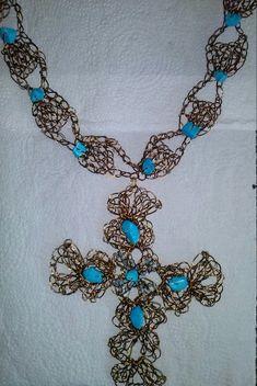 Colar em crochê de fio de metal, fio de alumínio esmaltado em ouro velho, bordado com pedras naturais( turquesa).