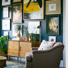 Could do a full wall gallery wall in dining room. I love lots of paintings hung on a dark wall, it shows up the frames as well as the arwork. Inspiration Wand, Interior Inspiration, Style At Home, Living Room Decor, Living Spaces, Eclectic Bedroom Decor, Dining Room, Decor Room, Nursery Decor