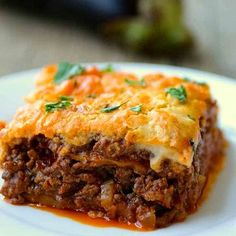 Moussaka is the iconic hearty Greek dish composed of layers of eggplants, saucy ground meat and topped with Béchamel sauce. Greek Dinners, Salsa Bechamel, Bechamel Sauce, Sauce Béchamel, Food Porn, Greek Cooking, Cooking Recipes, Healthy Recipes, Fodmap Recipes