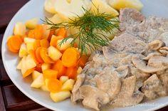 5 kawałków kotleta (już rozbitego lub rozbijamy sami) 1 cebula 30 dag pieczarek Sól, pieprz, czosnek suszony Olej rzepakowy (2-3 łyżki) 2-3 łyżki śmietany 12% 5 młodych marchewek 1 duże jabłko lub 1 ½ małego Łyżka masła Zielenina do posypania Naczynie do duszenia mięsa (np. patelnię z przykrywką lub płaski garnek z szerokim dnem) Ryż lub ziemniaczki