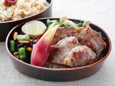 玄米ご飯300g(梅干)、豚の生姜焼き、ほうれん草のしめじソテー和え(醤油)、薩摩芋の蜜煮、ひじき煮、茗荷甘酢