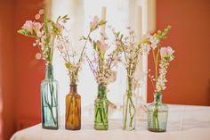 Ideias-criativas-para-festa-garrafa-vidro-colorido-foto-reprodução