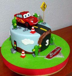 Otra tarta Cars 1 | De Perla's | Tartas fondant personalizadas en Málaga Cars Birthday Parties, Birthday Cake, Beautiful Cakes, Amazing Cakes, Lightning Mcqueen Cake, Fondant Tutorial, Disney Cakes, Cakes For Boys, Cars 1