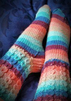 Pakkoneuloosia lankojen, kissan ja miehen keskellä.: JyJu-15, nro:18: Valepalmikko sukat
