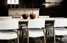 Witte lederen stoelen met houten poten - White comfortable chair in white leather with wooden legs - Decorative ceramic fruit - Wooden Leg, Ceramic Decor, White Leather, Interior And Exterior, Fruit, Chair, Kitchen, Table, Furniture