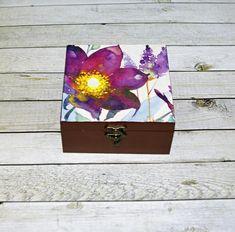 Rozkvetlá+Dřevěná+krabička+o+rozměrech+cca13,6+x13,9+cm+a+výšce+6,9cm.+Krabička+je+natřena+akrylovými+barvami,+ozdobená+technikou+decoupage+a+zapínáním.+Následně+přetřena+lakem+s+atestem+na+hračky.+Uvnitřnechána+přírodní. Decoupage, Decorative Boxes, Create, Handmade, Home Decor, Hand Made, Decoration Home, Room Decor, Home Interior Design