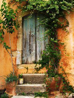 Uma porta na aldeia de Macheri, em Chania, ilha de Creta, Grécia.  Fotografia: Konstantinos Brintakis em 500px.