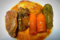 Ένα παραδοσιακό σπιτικό φαγητό Μοσχαράκι πολύχρωμο με λαχανικά.. Pot Roast, Main Dishes, Sausage, Greek, Meat, Chicken, Ethnic Recipes, Food, Gastronomia