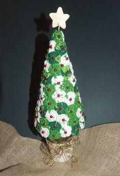 Arbolito de navidad con círculos de tela fruncidos.
