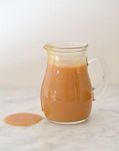 caramelsaus http://uitpaulineskeuken.nl/2013/02/how-to-zelf-caramel-maken.html