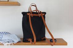 Diese tolle Tasche ist gleich 3 in 1: Schultertasche, Rucksack und Handtasche! Multifunktional und je nach Bedarf tragbar! Sie besteht außen aus festem, dunkelblauem Canvas; innen ist die...