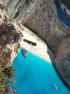 Die griechische Insel Zakynthos überzeugt mit einer wunderschönen Landschaft und kurvigen Küste. Eine Reise über die Trauminsel in Bildern.