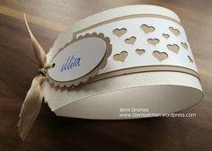 Hallo ihr Lieben, für die Hochzeit meines Cousins habe ich zuletzt einfache Serviettenringe mit der eleganten Anhängerstanze gemacht. Die Farben sollten sich auf weiß bzw. cremeweiß und Savanne bes…