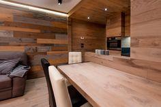 È il rovere rustico filosega il protagonista in casa. Impiegato indistintamente sia per il pavimento sia per i rivestimenti in boiserie e gli arredamenti, crea un effetto monocromatico che risulta spezzato dalle pareti e dai soffitti intonacati con un piacevole equilibrio. Ad arricchire la composizione, l'inserimento di pareti in mosaico di legno costituite da tavole… Stylish Interior, Interior Design, Conference Room, Divider, Kitchen Ideas, Table, Rooms, Spaces, Furniture