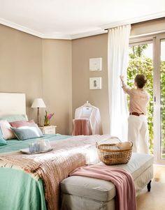 La decoradora meritxell rib ha aprovechado un recoveco en for Cortinas blancas dormitorio