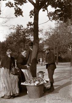 Heinrich Zille-Fotos:  Eine Stärkung zwischendurch: Zilles Sohn Hans kauft eine Brezel im Tiergarten. Aufnahme vom Sommer 1897.