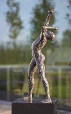 """""""Eclipse"""": bronzen beeld van de Vlaamse kunstenaar Jacques Vanroose. Paper Mache Sculpture, Sculpture Art, Human Icon, Erotic Art, Metal Art, Sculpting, Street Art, Abstract, Drawings"""