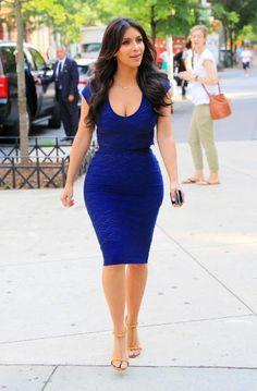 Kim Kardashian, éblouissante se promène à New York habillée d'une robe bleue de sa marque Kardashian Kollection