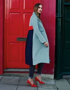 Everything about this long coat is soft – from the strokable wool blend to the gentle curves on the collar. Turn it around to witness the colourblo… – Coat of arms Look Fashion, Winter Fashion, Fashion Outfits, Fashion Trends, Fashion Coat, Jackets Fashion, Girly Outfits, Pretty Outfits, Mantel Outfit