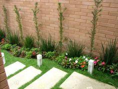 Nesta residência em Guaratinguetá (SP), o jardim enfeita a entrada principal. Com dimensões de 5,6 x 0,7 m, a base é de terra vegetal. Podocarpo, moreia e impatiens walleriana são algumas das plantas encontradas. O projeto é da arquiteta Magda Roberto da Silva.