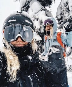 Me and Kajsa Landquist are looking for a filmmaker at Revelstoke . Me and Kajsa Landquist are looking for a filmmaker in Revelstoke Skier GIRL winter s - Winter Girl, Winter Fun, Winter Ideas, Winter Snow, Winter Style, Tom Hanks Filme, Mode Au Ski, Photos Bff, North Sails