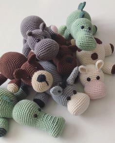 Så er Benny Bjørn her! Crochet Bebe, Love Crochet, Crochet For Kids, Crochet Dolls, Halloween Toys, Halloween Crochet, Easy Crochet Patterns, Baby Knitting Patterns, Crochet Crafts