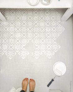 How to Paint Any Type of Floors! - Lolly Jane how to paint stencil floors on ANY floor type: linoleum, ceramic tile, porclain tile, vinyl, hardwood floors and more! Painting Laminate Floors, Painting Ceramic Tile Floor, Stenciled Tile Floor, Linoleum Flooring, Stencil Painting, Vinyl Flooring, Stenciling, Painting Tile Bathrooms, How To Paint Floors