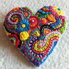 Brillante broche floral de corazón bordado libre por Lucismiles