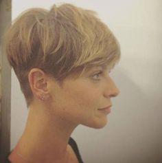 Taglio capelli corti Alessandra Amoroso visto di profilo