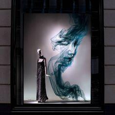 The artist who worked with John Galliano at Maison Margiela, Benjamin Shine, has created window installations for Bergdorf Goodman using his signature fabric — tulle. Benjamin Shine, Visual Merchandising Displays, Visual Display, Retail Displays, Shop Displays, Vitrine Design, Window Display Design, Window Displays, Fendi