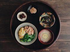 「 夕食◎三色丼(新玉葱入り甘辛そぼろ)、長芋のすり流し味噌汁、紅菜苔とカシューナッツの炒め物。好みの漆の汁椀に出会った 」