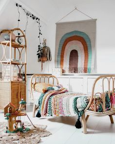 Obsessed with that rainbow wall hanging! Boho kids room inspiration mit böhmischem Teppich Binnenkijken in de bohemian kinderkamers van Sara & Amelie Bohemian Bedrooms, Girls Bedroom, Bedroom Decor, Childs Bedroom, Kid Bedrooms, Cozy Bedroom, Nursery Decor, Bohemian Kids, Bohemian Style