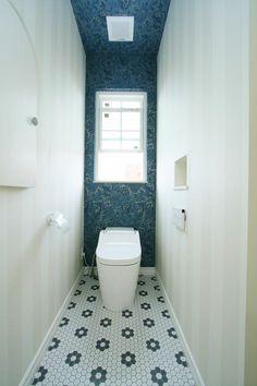 ひとりだけの空間でほっと一息、心をリセットできるこだわりのTOIL。#アイディールホーム#IdealHome#ウエストビルド# westbuild  #家#建築#工務店#住宅#インテリア#自然素材#住まい#一戸建て#トイレ#TOIL#アクセントクロス#クロス#壁紙 Dental Office Design, Natural Interior, Blue Bedroom, Bathroom, House, Home Decor, Washroom, Toilets, Decoration Home