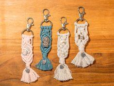 Folge dem Boho-Trend mit Makramee Accessoires Jeder Schlüsselanhänger ist ein Unikat und wird in liebevoller Handarbeit in Österreich angefertigt (keine Lagerware). Das dafür verwendete hochwertige Makrameegarn besteht aus 100% ökotex Baumwolle von einem europäischen Lieferanten. Eingearbeitet sind unterschiedliche Perlen oder Anhänger. Lieferung inkl. Samtbeutel. #makramee #geschenkidee #schlüsselanhänger Drop Earrings, Boho, Personalized Items, Inspiration, Jewelry, Wooden Signs With Sayings, Sachets, Threading, Handarbeit