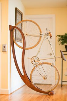 Here is a cool bike rack that lets you store your bicycle at your place in a beautiful fashion. Made of plywood, the Peri bike rack is made of 85 locally sourced materials. Indoor Bike Storage, Indoor Bike Rack, Bike Storage Rack, Velo Design, Rack Design, Bicycle Design, Bike Storage Solutions, Storage Ideas, Range Velo