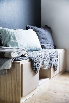 Denne benken egner seg både til å sitte på og oppbevare tingene dine i. Murphy Bed Desk, Diy Furniture Hacks, Round House, Modern Kitchen Design, Dream Decor, Small Apartments, Small Living, Home Projects, House Design
