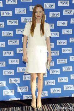 Katarzyna Dąbrowska na festiwalu Dwa Teatry w Sopocie White Dress, Dresses For Work, Polish, Bright, Fashion, Moda, Vitreous Enamel, White Dress Outfit, Fashion Styles
