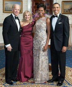 President Barack Obama & First Lady Michelle Obama with Vice President Joe Biden and Wife Dr. Black Presidents, American Presidents, Obama Family Pictures, Obama Photos, Barak And Michelle Obama, Obama And Biden, Joe Biden, Michelle Obama Fashion, Barack Obama Family