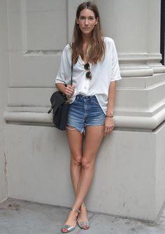 Short Jeans e Blusa Branca: um clássico que nunca sai de moda. Confira looks com esse duo nos mais diversos estilos.