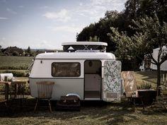 Découvrez la caravane vintage de Nicéphore and Co, une animation originale pour créer le photobooth de votre mariage.